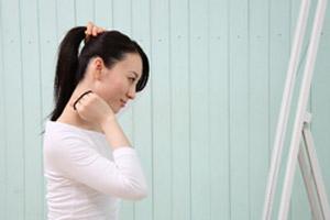 髪を上げる女性